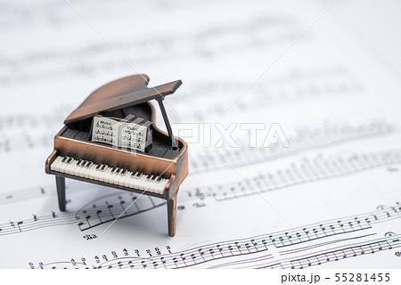 グランドピアノと楽譜  室内スタジオ撮影 55281455