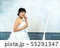 鏡を見るウェディングドレスの花嫁 55291347