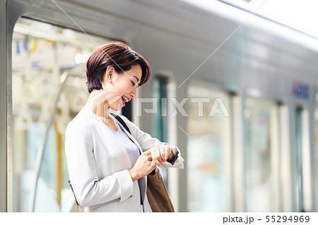 ビジネスウーマン 電車 撮影協力「京王電鉄株式会社」 55294969