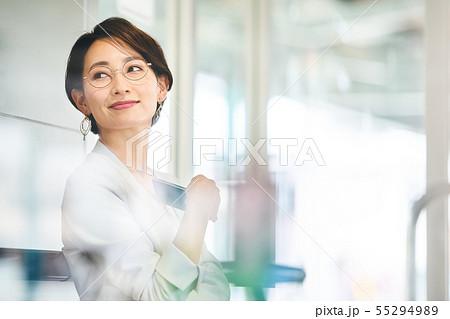 ビジネスウーマン 待合室 撮影協力「京王電鉄株式会社」 55294989