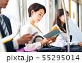 ビジネスウーマン 電車 読書 撮影協力「京王電鉄株式会社」 55295014