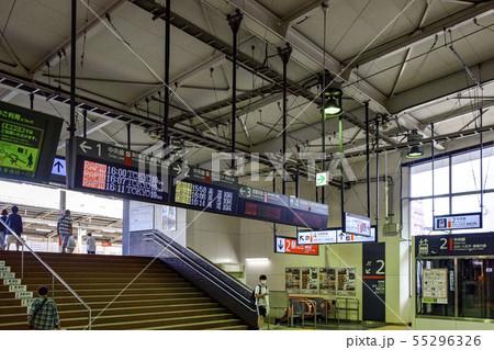 電車の乗り換えホーム JR中央線 西国分寺駅 55296326