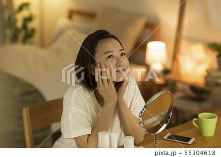 若い女性 スキンケア 55304618