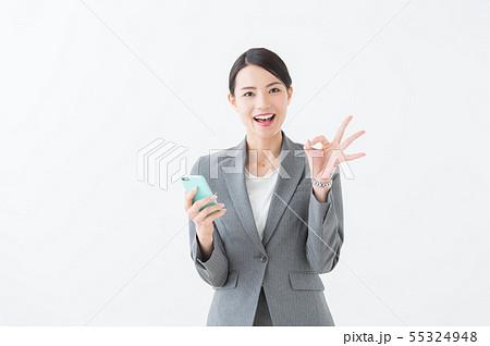 スマホを持つ女性(グレースーツ) 55324948