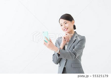 スマホを持つ女性(グレースーツ) 55325179