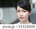 見つめる日本人女性 55328006