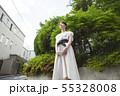 見つめる日本人女性 55328008