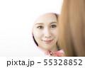 鏡を見る女性 55328852