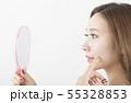 鏡を見る女性 55328853