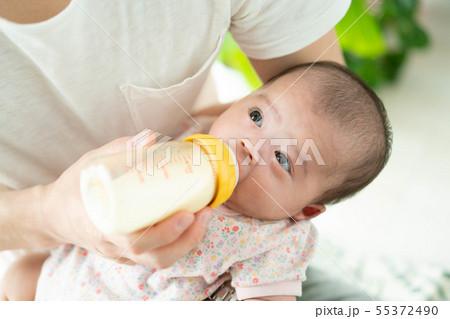 赤ちゃん 授乳 哺乳瓶 ミルク 飲む 55372490