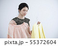 服選びをする若い女性 55372604