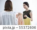 服選びをする若い女性 55372606