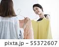 服選びをする若い女性 55372607