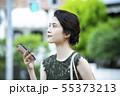 若い女性・屋外・スマートフォン 55373213