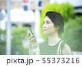 若い女性・屋外・スマートフォン 55373216