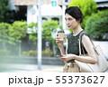 若い女性・屋外・スマホ・コーヒー 55373627
