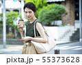 若い女性・屋外・スマホ・コーヒー 55373628