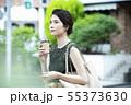 若い女性・屋外・スマホ・コーヒー 55373630