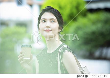若い女性・屋外・コーヒーカップ 55373810