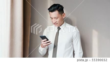 Asian businessman use cellphone 55390032