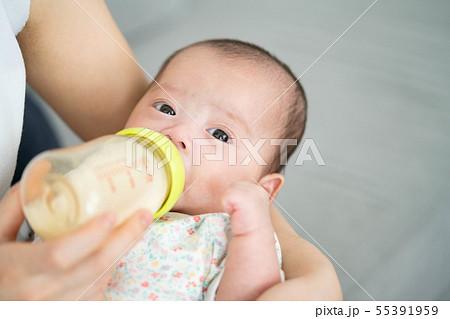 赤ちゃん 授乳 哺乳瓶 ミルク 飲む 55391959