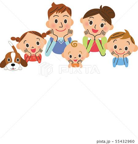 顎に手を当てる家族とコピースペース 55432960