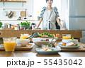 朝の食卓 女性と料理 55435042