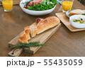朝の食卓 切り分けたフランスパン 55435059