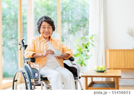 シニアの女性(車椅子) 55456653