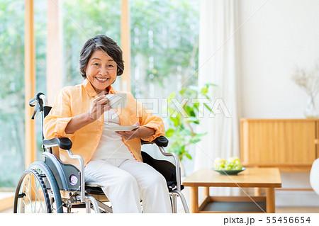 シニアの女性(車椅子) 55456654