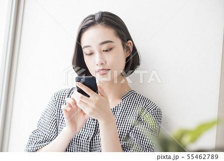 スマートフォンと女性 イメージ素材 55462789