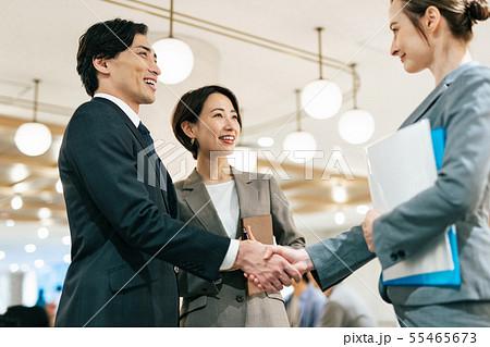 ビジネス 商談 握手 グローバル 55465673