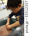 石を削る子供 55512357