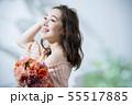 ビューティーイメージ・花束を持つ女性 55517885