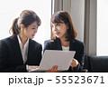 オフィス 女性 パソコン ミーティング 55523671
