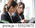 オフィス 女性 パソコン ミーティング 55523675