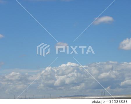 梅雨明けの青空と白い雲 55528383