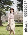 女性 公園 55539057