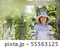 ガーデニングイメージ 花の苗を持つ女性 カメラ目線 55563125