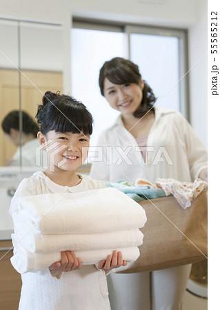 洗濯をする笑顔の家族 55565212
