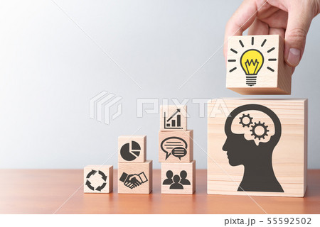 ビジネスの知識と解決策。テーブルの上で積み木を積む手のアップ。 55592502