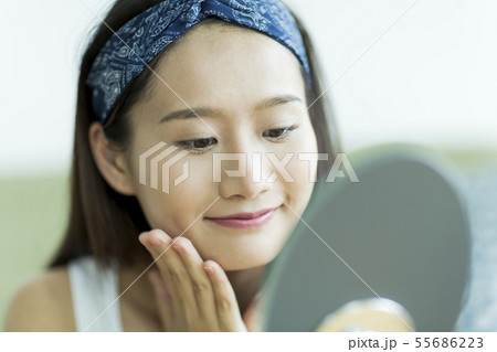 若い女性 スキンケア 55686223