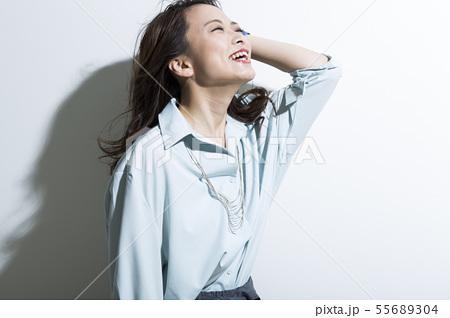 若い女性 ビジネス 美容 55689304