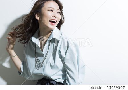 若い女性 ビジネス 美容 55689307