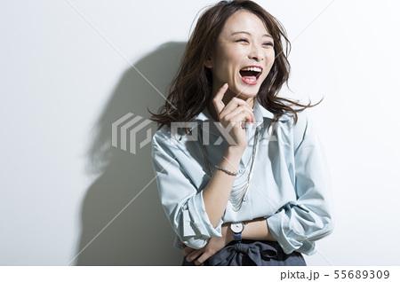 若い女性 ビジネス 美容 55689309