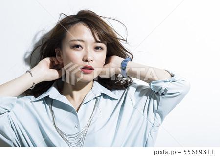若い女性 ビジネス 美容 55689311