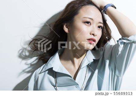 若い女性 ビジネス 美容 55689313