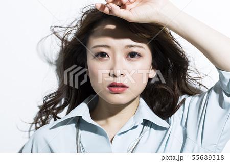 若い女性 ビジネス 美容 55689318