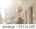女性 ビジネスウーマン 携帯電話の写真 55711183