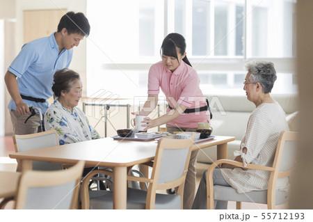 介護施設 食事 55712193